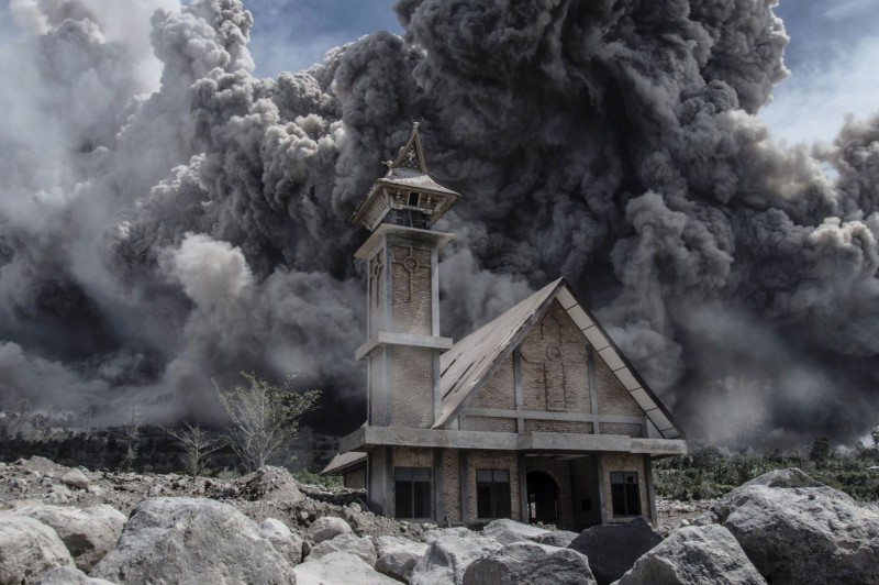 Ash-from-Mount-Sinabung-volcano-fills-the-sky-over-an-abandoned-church