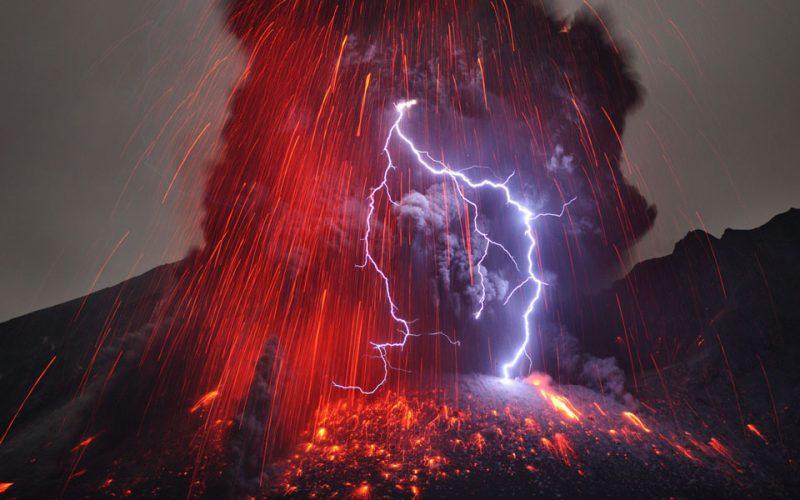 01-fulmine-sull-eruzione-del-vulcano-sakurajima-in-giappone-martin-rietze-alien-landscapes-on-planet-earth