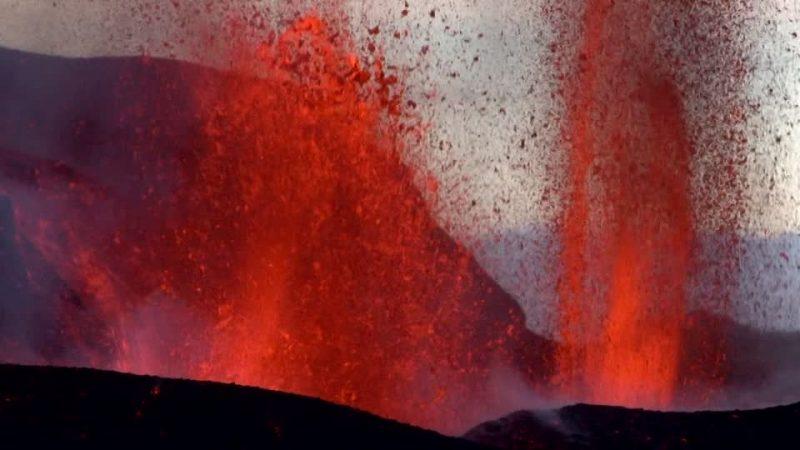 706102073-eyjafjallajoekull-lava-cratere-del-vulcano-eruzione-vulcanica